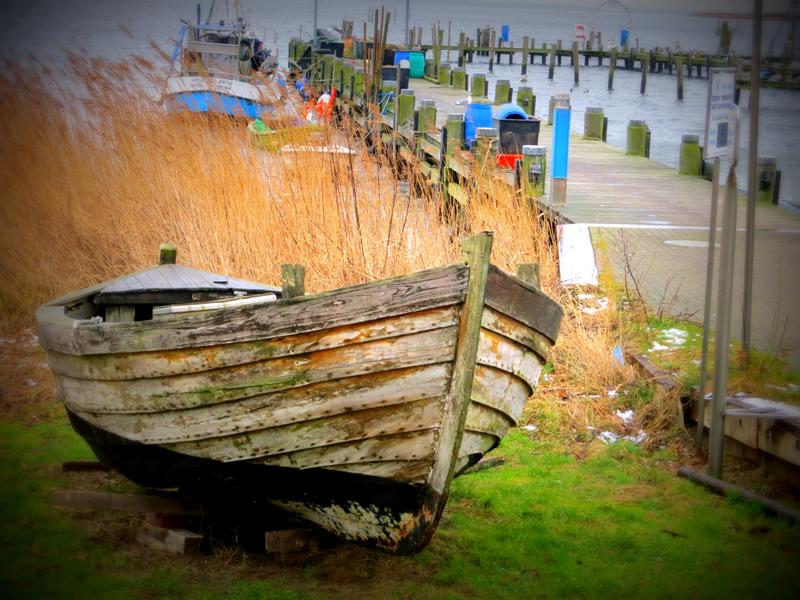 altes Boot am Strand von Rügen